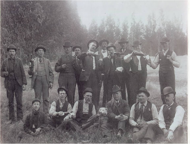 Foundin of local 85 mike casey in middle pouring beer 1905.jpg