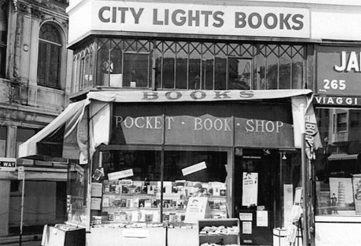 La City Lights Books a san Francisco è forse l'esempio più eclatante di una libreria di comunità, un vero e proprio centro propulsore di cultura e di socializzazione per il quartiere.