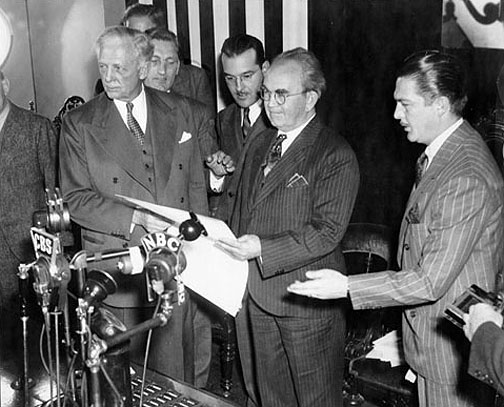 File:Mooney-receiving-pardon-from-Culbert-Olson-Jan-7-1939-AAD-3178.jpg