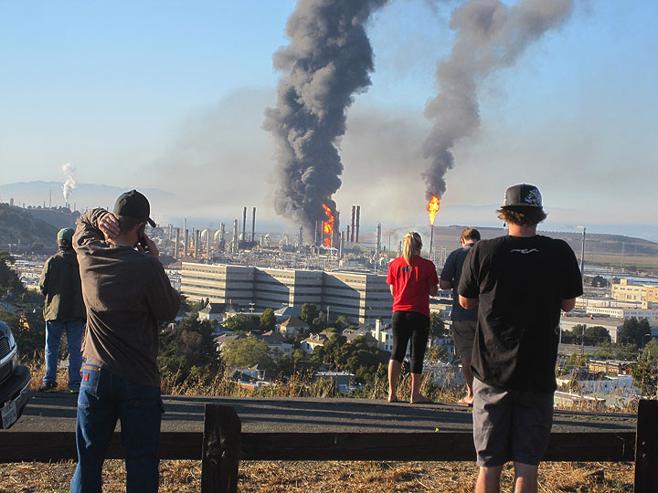Explosion at the Chevron refinery in Richmond, 2012.jpg