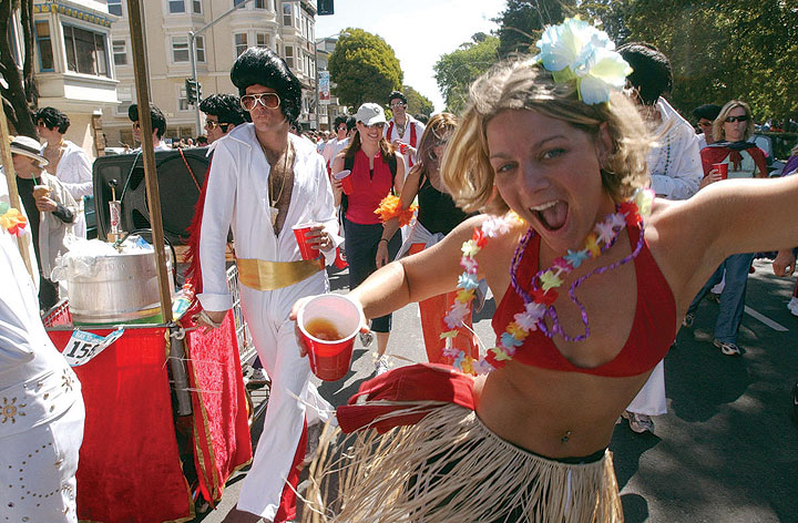 Bay-to-breakers-huffpo-girl-and-elvis 298293 2470783 free.jpg