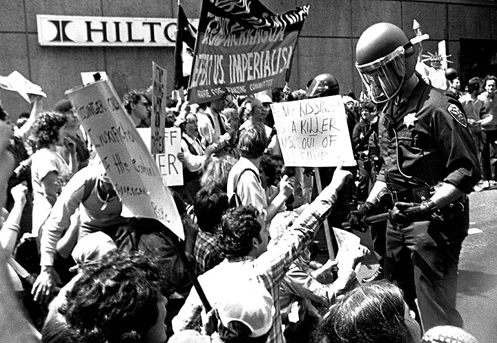 Image:Police-pressure-Salvador-demonstrators-at-Hilton.jpg