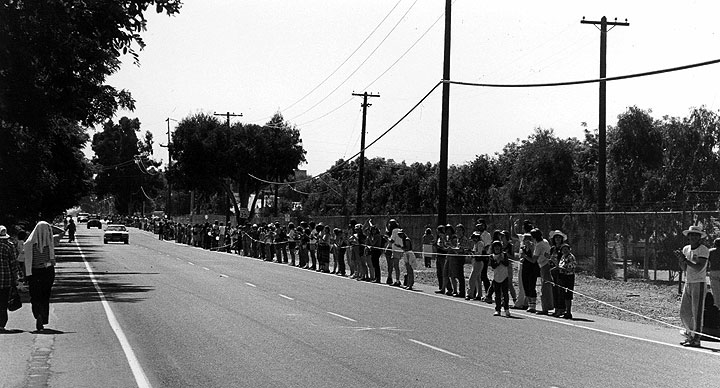 Image:LLL-marchers-with-string-on-road.jpg