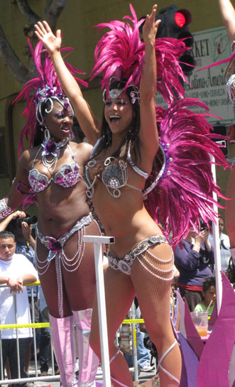 Image:Carnaval-2010-beauty-w-hands-up 7570.jpg