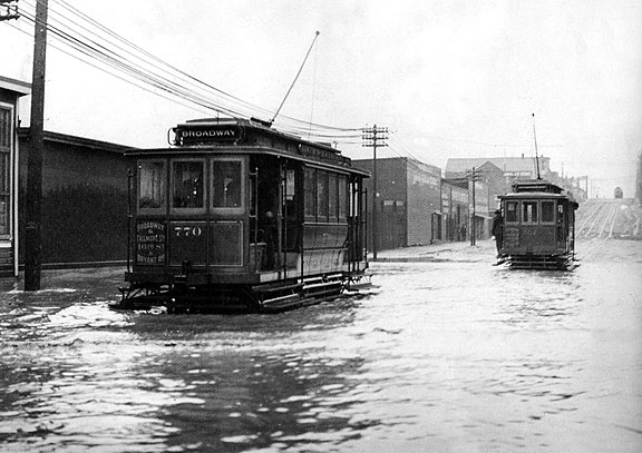 1905_16th-and-Folsom-streetcars-in-flood-SFPL-AAB-5929