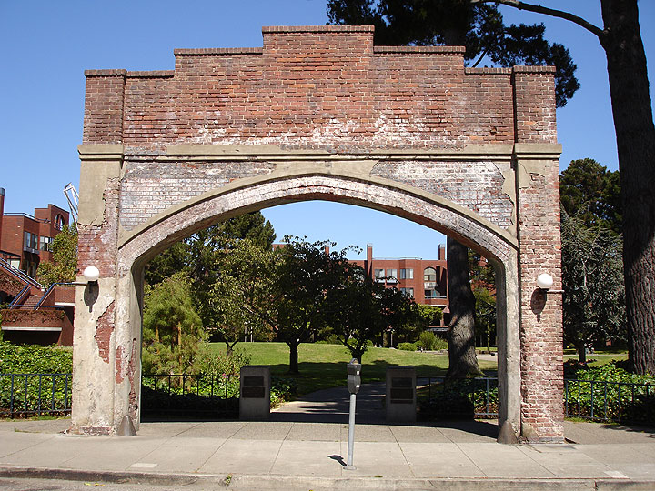Macarthur-park-gate-and-park4344.jpg
