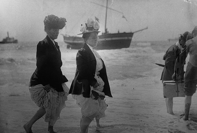 File:Wimmin$women-on-shore-1909.jpg