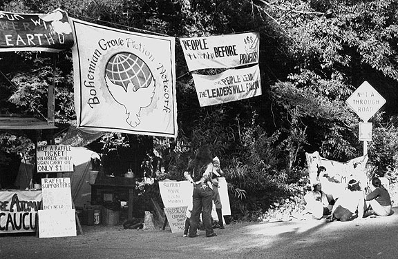 File:Bohemian-grove-front-gate-pic-3-banners.jpg