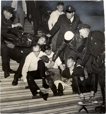Image:Huac may 13 1960 cops w protestors on rotunda steps AAF-0736.jpg