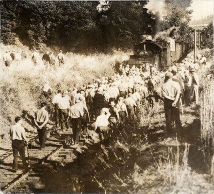 Image:July 10 34 strikers block belt line railroad AAD-4983.jpg