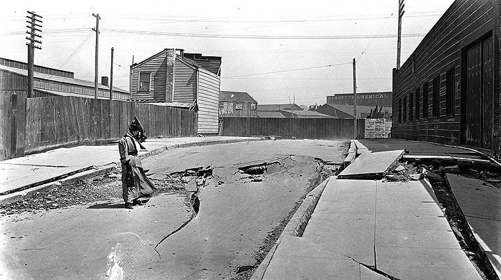Image:1906-quake-cracks-on-Dore-Alley-A22.34.200n.jpg