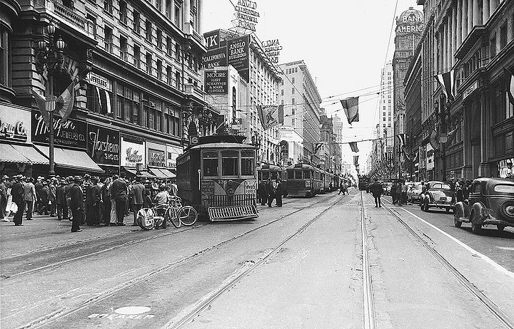 Streetcar-No-6-off-rails-on-Market-near-Powell-c-1940s.jpg