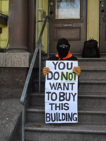 Protest on steps of Pigeon Palace; Photo: Chris Carlsson