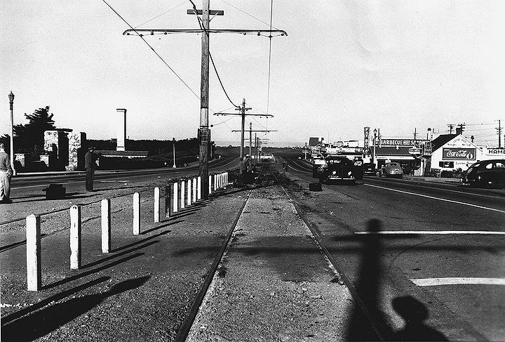 Sloat-Bl-d-looking-west-at-45th-Ave-Fleishhacker-Zoo-at-left-1942-SFPL.jpg